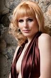 härlig blond klänningaftonflicka Arkivfoto
