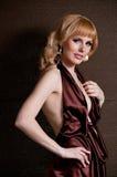 härlig blond klänningaftonflicka Arkivbild