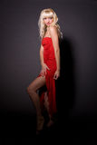 härlig blond klänningflickared Arkivbild