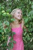 härlig blond klänningpinkkvinna arkivfoto