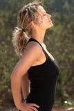 härlig blond konditionflicka royaltyfri fotografi