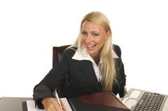 härlig blond kontraktskrivning Royaltyfria Foton