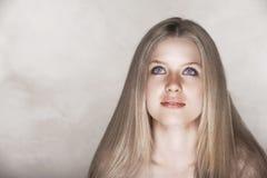 härlig blond kvinna royaltyfri fotografi