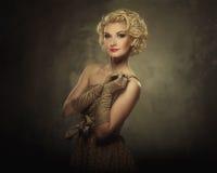 Härlig blond kvinna royaltyfri bild
