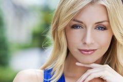 härlig blond kvinna för blåa ögon naturligt Arkivbild