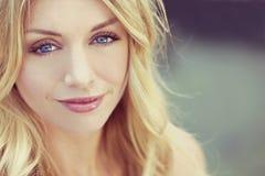 Härlig blond kvinna för Instagram stil med blåa ögon arkivbilder