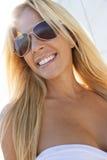 Härlig blond kvinna i den vit klänningen och solglasögon arkivfoton