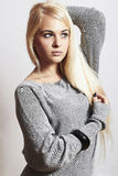 Härlig blond kvinna i dress.accessories.isolate arkivfoto