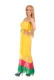 Härlig blond kvinna i gul klänning Arkivbild