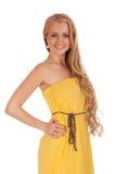 Härlig blond kvinna i gul klänning Royaltyfri Fotografi
