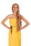 Härlig blond kvinna i gul klänning Royaltyfria Foton