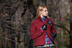 Härlig blond kvinna i handskar för tweedomslag och läderi aut Arkivfoto