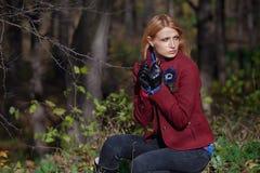 Härlig blond kvinna i handskar för tweedomslag och läderi aut Fotografering för Bildbyråer