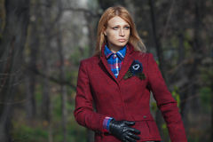 Härlig blond kvinna i handskar för tweedomslag och läderi aut Royaltyfria Bilder