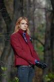 Härlig blond kvinna i handskar för tweedomslag och läderi aut Royaltyfria Foton