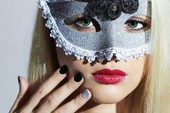 Härlig blond kvinna i karnevalet Mask maskerad sexig flicka älskvärt manicure royaltyfria foton