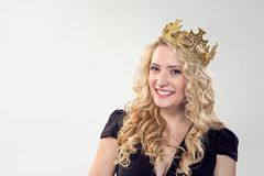 Härlig blond kvinna i krona royaltyfri fotografi