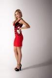 Härlig blond kvinna i röd klänning Arkivfoton