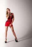 Härlig blond kvinna i röd klänning Arkivbilder