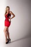 Härlig blond kvinna i röd klänning Royaltyfri Bild