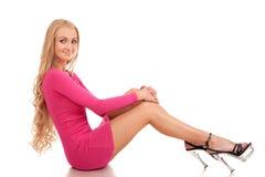 Härlig blond kvinna i rosa klänning Royaltyfri Bild