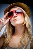 Härlig blond kvinna i stilfull solglasögon fotografering för bildbyråer