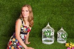 Härlig blond kvinna i studiogräsbakgrund royaltyfri fotografi