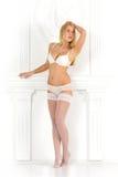 Härlig blond kvinna in i vit damunderkläder Royaltyfri Bild