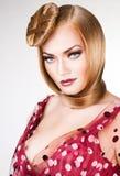 Härlig blond kvinna med blåa ögon Fotografering för Bildbyråer