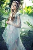 Härlig blond kvinna med blommakransen royaltyfria bilder