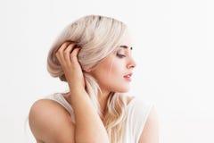 Härlig blond kvinna med dåligt hår royaltyfria bilder