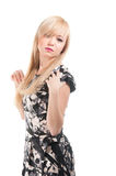 Härlig blond kvinna med den eleganta klänningen. Dana fotoet Arkivfoton