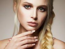 Härlig blond kvinna med den flätad tråden arkivbild