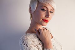 Härlig blond kvinna med den korta bokmodeståenden arkivfoto