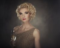 Härlig blond kvinna med en drink royaltyfri fotografi