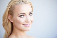 Härlig blond kvinna med ett älskvärt leende royaltyfri bild