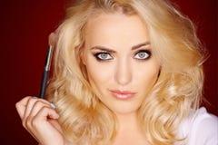Härlig blond kvinna med ett besynnerligt uttryck fotografering för bildbyråer