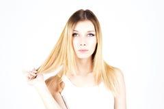 Härlig blond kvinna med färgat hår modern frisyr Royaltyfria Foton