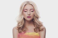 Härlig blond kvinna med färgsmink Royaltyfria Bilder