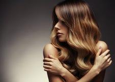 Härlig blond kvinna med länge, sunt, rakt och skinande hår arkivbilder