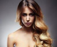 Härlig blond kvinna med länge, sunt, rakt och skinande hår arkivbild