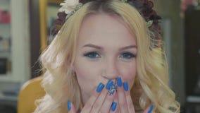 Härlig blond kvinna med lång lockigt hår- och stilmakeup som poserar på kameran lager videofilmer