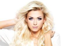 Härlig blond kvinna med långt hår Arkivfoto