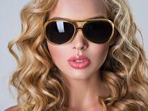 Härlig blond kvinna med långt krabbt hår Royaltyfria Bilder