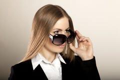 Härlig blond kvinna med solglasögon i studio Arkivfoton