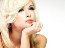 Härlig blond kvinna med stilfrisyren fotografering för bildbyråer