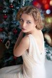 Härlig blond kvinna nära julgran Royaltyfria Foton