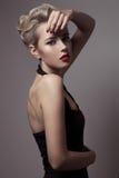 Härlig blond kvinna. Retro modebild. royaltyfria bilder