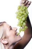 Härlig blond kvinna som äter gräsplan royaltyfria foton