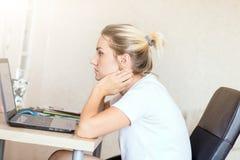 Härlig blond kvinna som hemma arbetar på bärbara datorn Henne ` s som fokuseras på arbete Frilans hemmastatt begrepp för arbete royaltyfria bilder